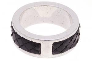 Кольцо из серебра с кожей кобры