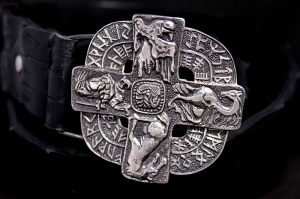 Ремень из крокодила с серебряной пряжкой Руны
